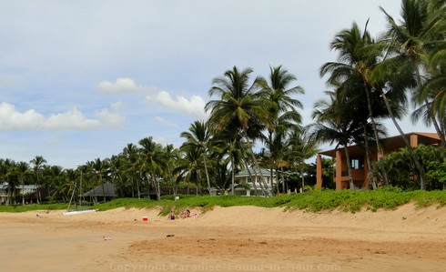 Picture of expensive homes on Keawakapu Beach, Wailea, Maui, Hawaii.