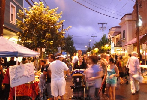 Picture of crowd at Wailuku First Friday, Maui, Hawaii.
